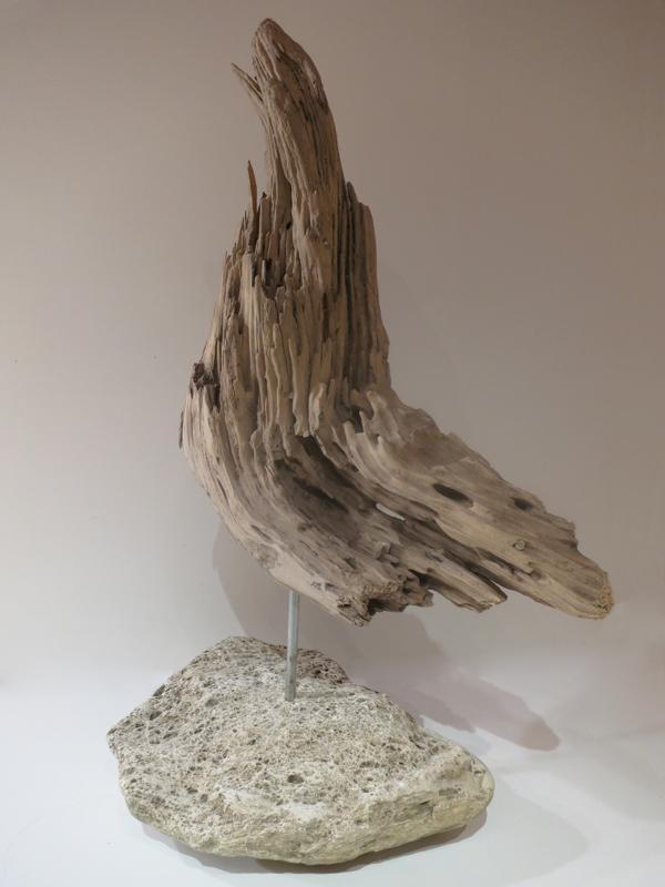 Skulptur aus Schwemmholz mit Steinsockel