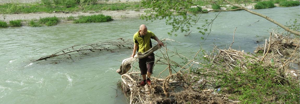 Schwemmholz sammeln am Fluss
